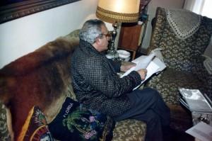 Fernando Zamorano Martinez fotografiado en su casa por nuestro colaborador mientra examina el expediente del caso Bardenas