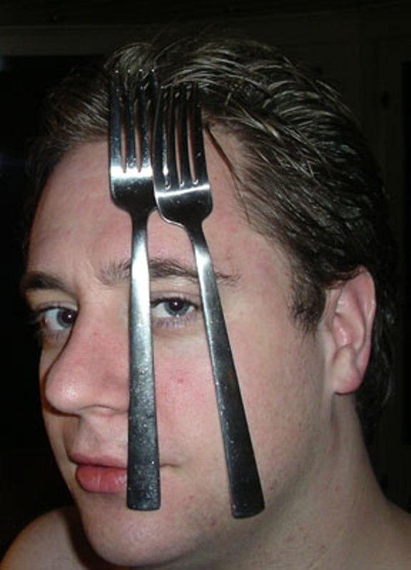 Robbert van der Broken demostrando sus poderes energéticos para doblar metales o pegarlos a su cuerpo (1)