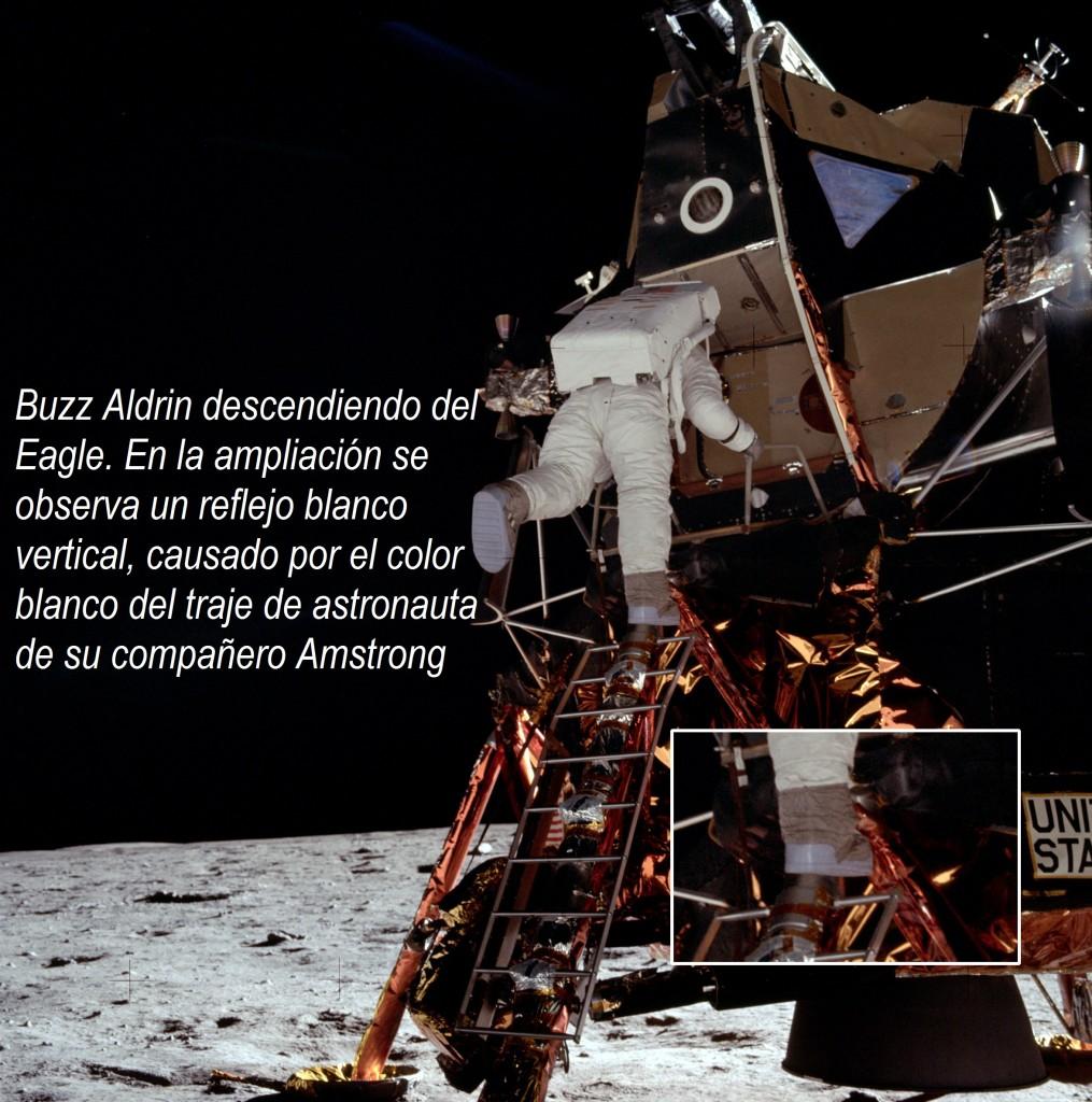 l1 Aldrin descendiendo del Eagle. En la ampliación se observa un reflejo blanco vertical, causado por el color blanco del traje de astronauta de su compañero Neil Armstrong