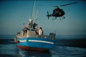 Un momento del rodaje del video con el helicoptero pilotado por Julian Dourado y el pesquero alquilado en O Grove
