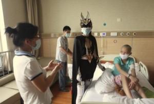 Una actriz caracterizada como la heroína Dragon Totem Girl visitando un hospital infantil