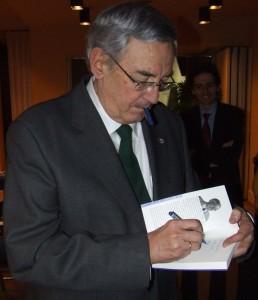 Rubia firmando su libro