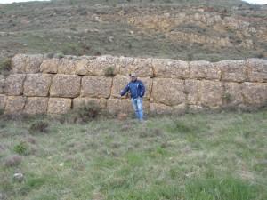 Juan Antonio Morales junto a una formación natural en Aliaga (Teruel)