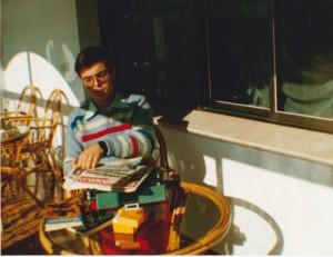 Javier Sierra con su vieja máquina de escribir, en 1986 (2)