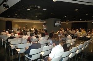 Presentación de La Casa II en una sala llena de publico (1)