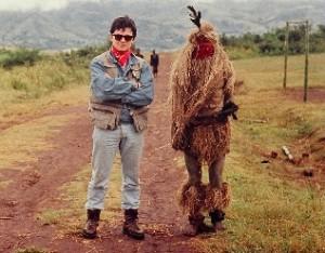 Manuel Carballal con un brujo ataviado con el traje ceremonial egunegun en centroafrica (1) - copia