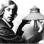 Ken Rogers, presidente de la British UFO Society  con el congelador Adamskiano