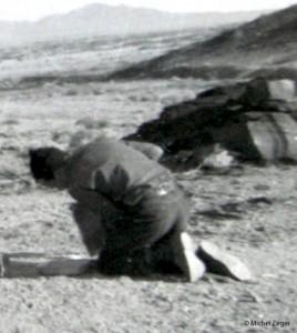 Un documento histórico. George Hunt Williamson haciendo los moldes de escayola de las huellas de Orthon el 20 de noviembre - copia