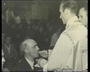 Una foto histórica, el joven Freixedo da su primera comunión a su propio padre